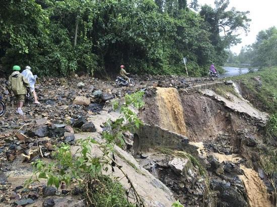 """Khánh Hòa: Nhiều tuyến đường """"thất thủ"""", người dân huyện miền núi bị cô lập hoàn toàn - Ảnh 5"""