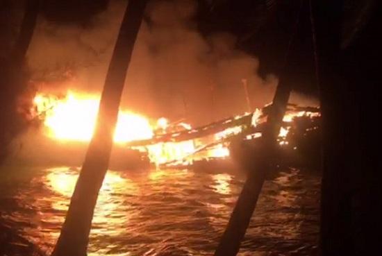 Đang tạm trú tránh cơn bão số 9, tàu cá trị giá gần 10 tỷ đồng bất ngờ bốc cháy trong đêm - Ảnh 1