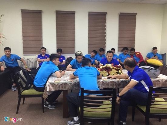 Đội tuyển Việt Nam mệt mỏi, chờ 4 tiếng mới được nhập cảnh tại Philippines - Ảnh 1