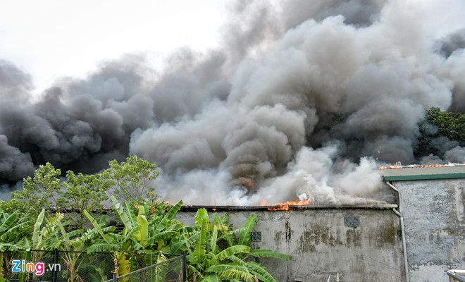 Hà Nội: Cháy lớn tại xưởng gara ô tô ngay gần trụ sở VFF  - Ảnh 1