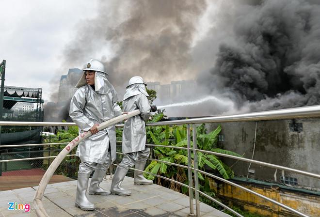 Hà Nội: Cháy lớn tại xưởng gara ô tô ngay gần trụ sở VFF  - Ảnh 3