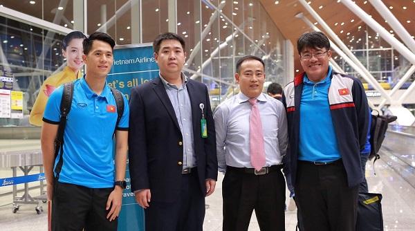 CĐV vây kín sân bay Nội Bài chào đón thầy trò HLV Park Hang-seo trong đêm - Ảnh 1
