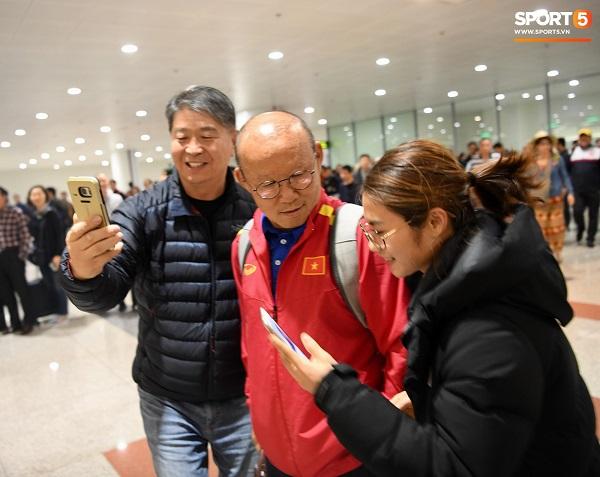 CĐV vây kín sân bay Nội Bài chào đón thầy trò HLV Park Hang-seo trong đêm - Ảnh 4