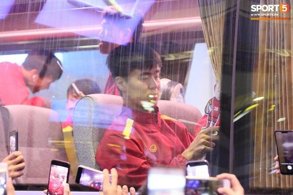 CĐV vây kín sân bay Nội Bài chào đón thầy trò HLV Park Hang-seo trong đêm - Ảnh 7