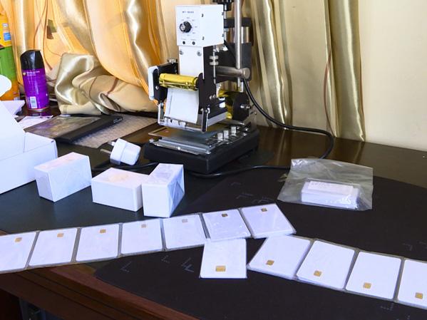 Hơn 100 cảnh sát vây bắt nhóm tội phạm công nghệ cao chuyên làm giả thẻ ngân hàng - Ảnh 2