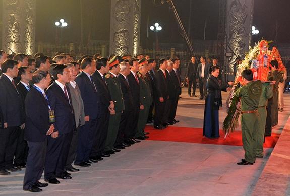 Chủ tịch Quốc hội dự chương trình dâng hương tưởng niệm 60 liệt sĩ Đại đội Thanh niên xung phong 915 - Ảnh 2