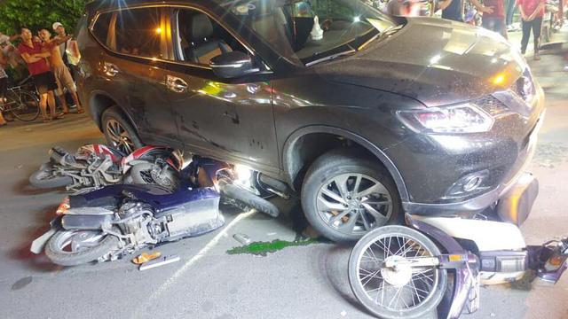 """Tài xế ôtô """"điên"""" lấy áo che biển số xe sau khi đâm hàng loạt xe máy - Ảnh 1"""