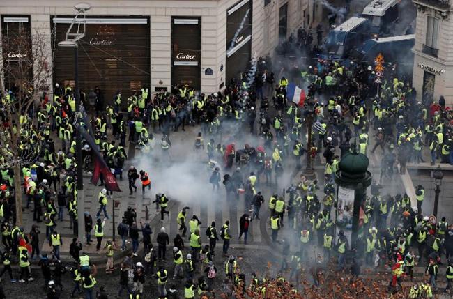 """8.000 cảnh sát Pháp xuống đường trấn áp đội quân """"áo vàng"""" biểu tình tại Paris - Ảnh 1"""