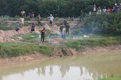 Nam công nhân bị nhóm người vây đánh, rơi xuống kênh tử vong - Ảnh 1