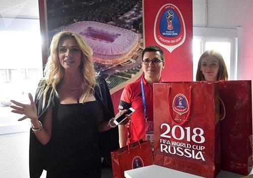 """Cận cảnh nhan sắc của nữ đại sứ World Cup 2018 """"đốt mắt"""" người nhìn - Ảnh 4"""