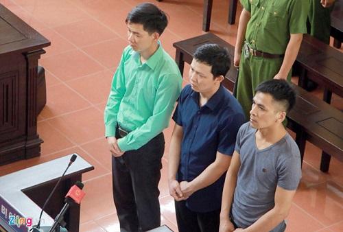 Người dân cầm hoa, đến đông nghịt nghe tuyên án vụ bác sỹ Hoàng Công Lương - Ảnh 4
