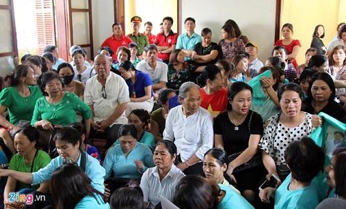 Người dân cầm hoa, đến đông nghịt nghe tuyên án vụ bác sỹ Hoàng Công Lương - Ảnh 2