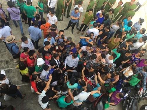 Người dân cầm hoa, đến đông nghịt nghe tuyên án vụ bác sỹ Hoàng Công Lương - Ảnh 5
