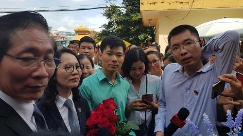 Người dân cầm hoa, đến đông nghịt nghe tuyên án vụ bác sỹ Hoàng Công Lương - Ảnh 6