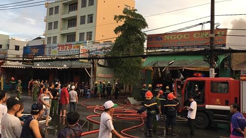 Kho vải tại TP.HCM chìm trong biển lửa sau trận bán kết World Cup - Ảnh 2
