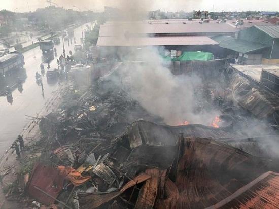 Chợ Gạo Hưng Yên lại bùng cháy dữ dội trở lại dù đã có mưa to - Ảnh 1