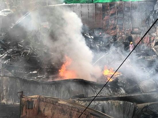 Chợ Gạo Hưng Yên lại bùng cháy dữ dội trở lại dù đã có mưa to - Ảnh 2