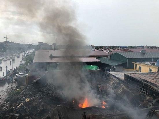 Chợ Gạo Hưng Yên lại bùng cháy dữ dội trở lại dù đã có mưa to - Ảnh 3