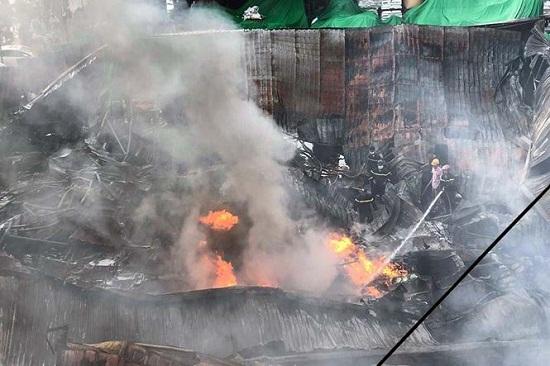 Chợ Gạo Hưng Yên lại bùng cháy dữ dội trở lại dù đã có mưa to - Ảnh 4