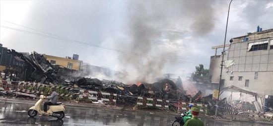 Chợ Gạo Hưng Yên lại bùng cháy dữ dội trở lại dù đã có mưa to - Ảnh 6