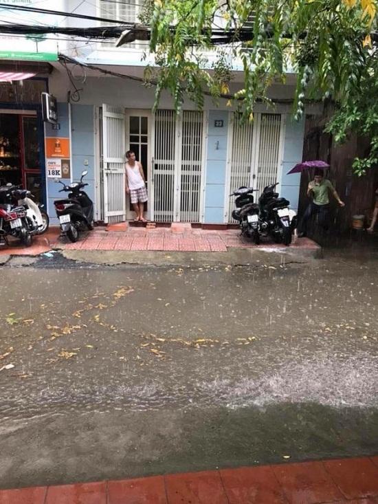 Hà Nội: Mưa lớn giữa trưa nắng, người dân mừng như bắt được vàng - Ảnh 8
