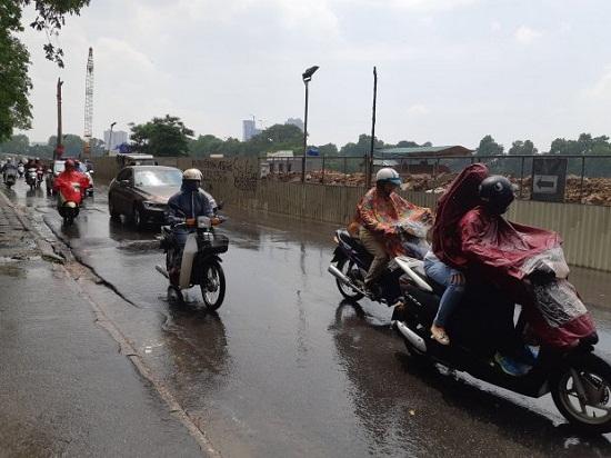 Hà Nội: Mưa lớn giữa trưa nắng, người dân mừng như bắt được vàng - Ảnh 2
