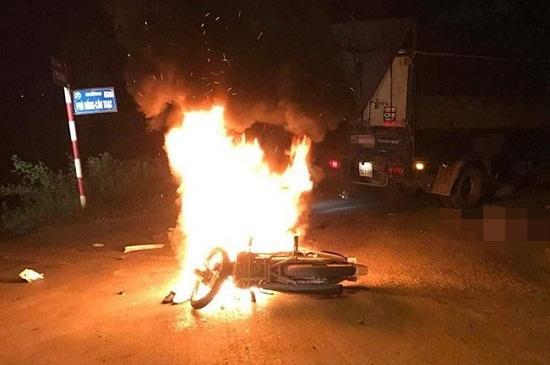 Xe máy cháy rụi sau va chạm, 2 anh em song sinh thương vong - Ảnh 1