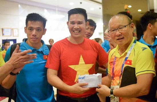 """Thầy trò Park Hang Seo nhận """"thưởng nóng"""" 25.000 USD ngay khi trở về khách sạn - Ảnh 1"""