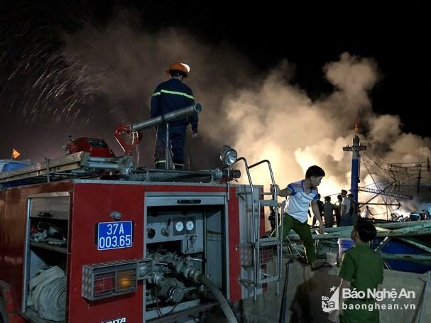 Nghệ An: Tàu cá bất ngờ cháy trong đêm, thiệt hại hàng tỷ đồng - Ảnh 2