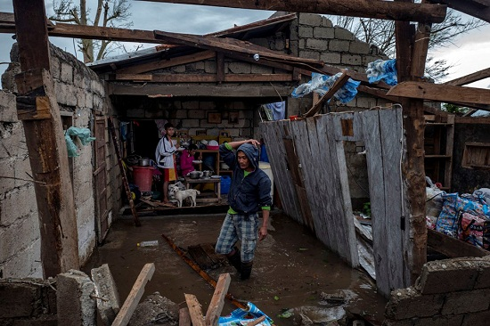 Cận cảnh sức tàn phá ghê gớm của siêu bão Mangkhut tại Philippines - Ảnh 9