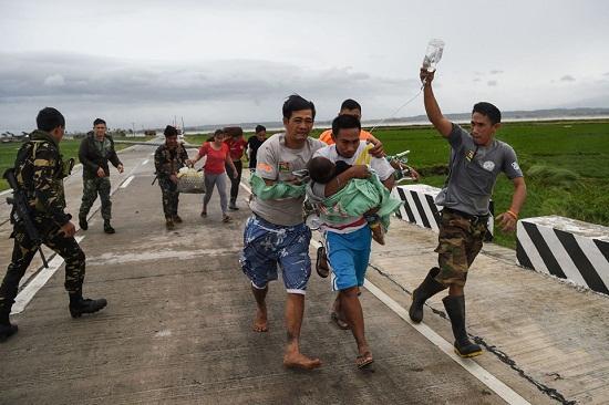 Cận cảnh sức tàn phá ghê gớm của siêu bão Mangkhut tại Philippines - Ảnh 10