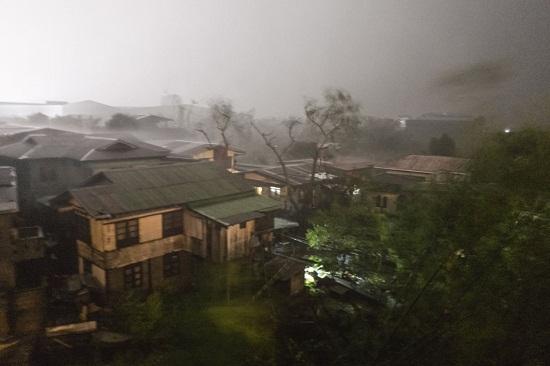 Cận cảnh sức tàn phá ghê gớm của siêu bão Mangkhut tại Philippines - Ảnh 5