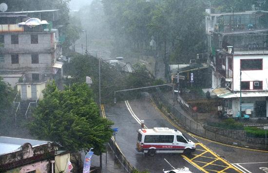 Bão Mangkhut đổ bộ Hong Kong: Kinh hoàng trước những cột sóng khổng lồ - Ảnh 1