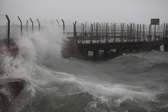 Bão Mangkhut đổ bộ Hong Kong: Kinh hoàng trước những cột sóng khổng lồ - Ảnh 2