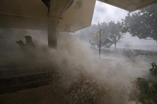 Bão Mangkhut đổ bộ Hong Kong: Kinh hoàng trước những cột sóng khổng lồ - Ảnh 3
