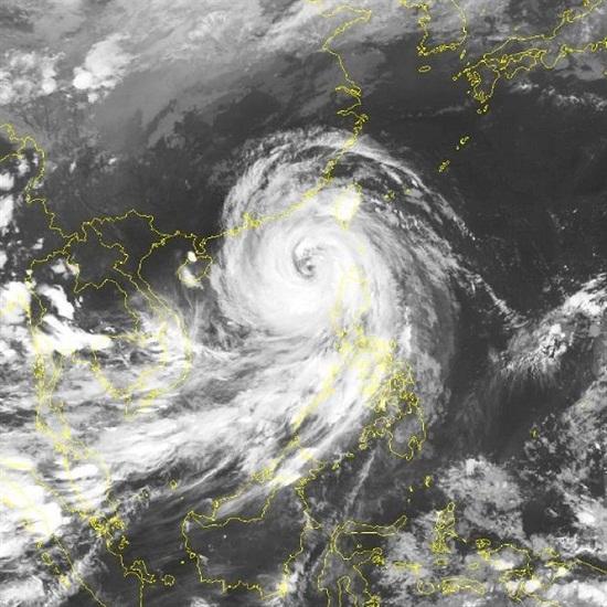 Tâm bão Mangkhut tiến vào biển Đông, Bắc Bộ mưa lớn trên diện rộng - Ảnh 1