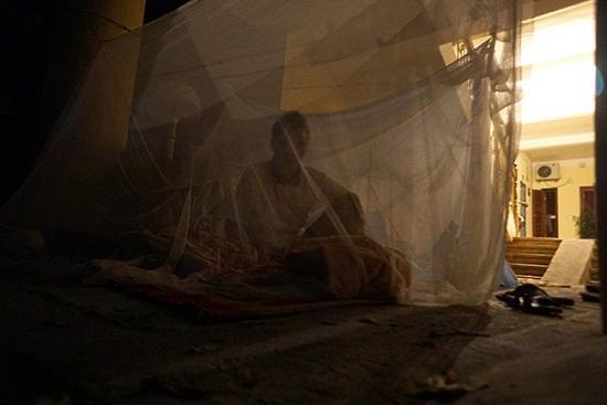 Vụ cháy ở Đê La Thành: Xót xa cảnh người dân nằm ngủ dưới nền đất lạnh  - Ảnh 7