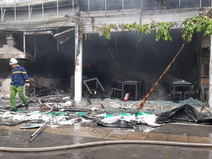 Hà Nội: Cháy lớn trên đường Nguyễn Văn Huyên, người dân hoảng hốt tháo chạy - Ảnh 4