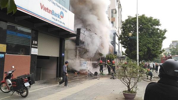 Hà Nội: Cháy lớn trên đường Nguyễn Văn Huyên, người dân hoảng hốt tháo chạy - Ảnh 2