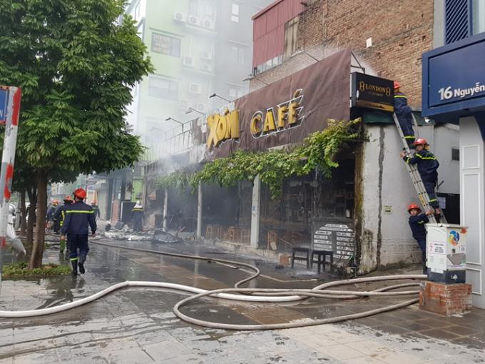 Hà Nội: Cháy lớn trên đường Nguyễn Văn Huyên, người dân hoảng hốt tháo chạy - Ảnh 3