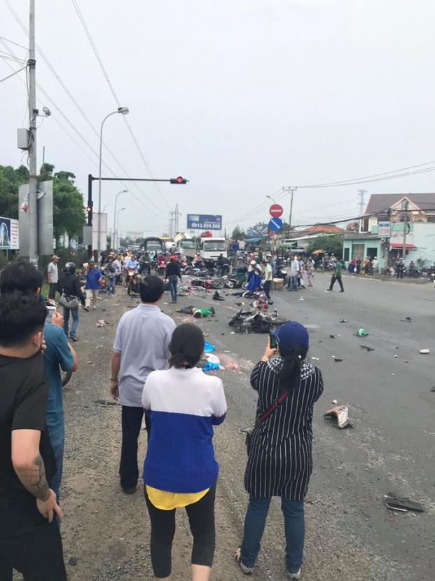 Tai nạn kinh hoàng ở Long An: Xe container tông hơn 20 xe máy, nhiều người chết, 23 người bị thương - Ảnh 1