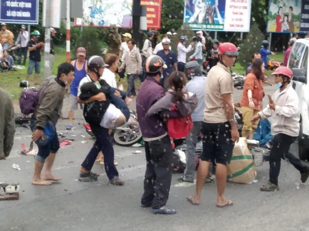Tai nạn kinh hoàng ở Long An: Xe container tông hơn 20 xe máy, nhiều người chết, 23 người bị thương - Ảnh 2