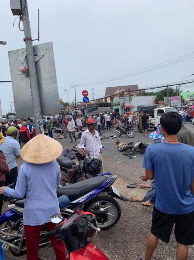 Tai nạn kinh hoàng ở Long An: Xe container tông hơn 20 xe máy, nhiều người chết, 23 người bị thương - Ảnh 4