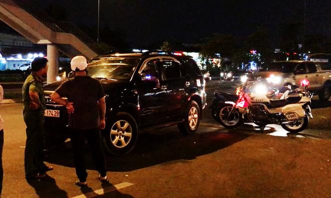 TP.HCM: Nữ tài xế người đầy mùi rượu cố thủ trong xe ô tô sau khi gây tai nạn - Ảnh 2