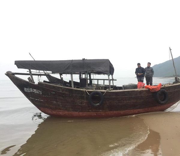 Hà Tĩnh: Phát hiện tàu nước ngoài không người lái trôi dạt vào bờ biển - Ảnh 1