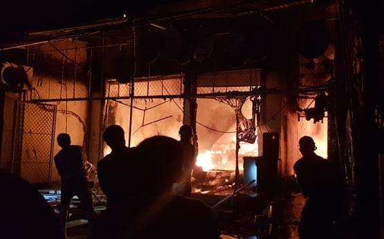 Hà Tĩnh: Cháy lớn thiêu rụi 3 căn nhà, người dân hoảng sợ sơ tán trong đêm - Ảnh 1