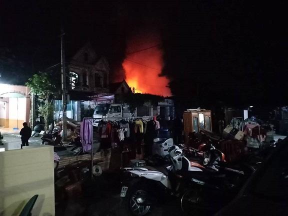Hà Tĩnh: Cháy lớn thiêu rụi 3 căn nhà, người dân hoảng sợ sơ tán trong đêm - Ảnh 2