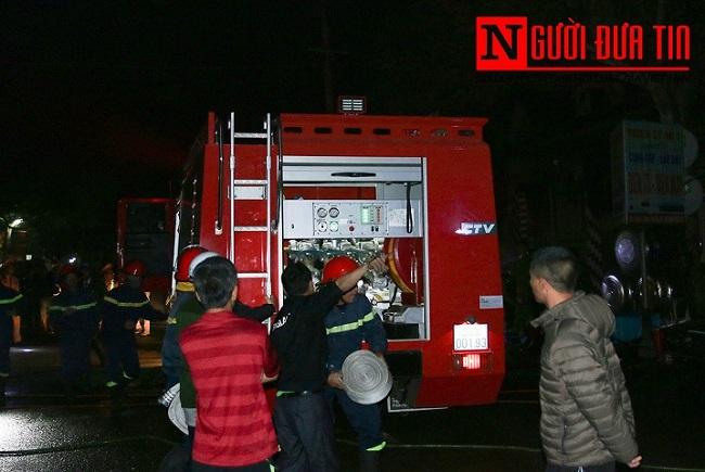 Hà Tĩnh: Cháy lớn thiêu rụi 3 căn nhà, người dân hoảng sợ sơ tán trong đêm - Ảnh 3