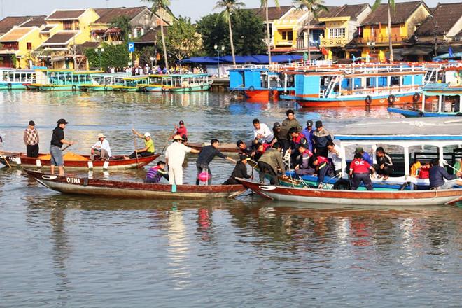 Vụ chồng lao ô tô chở vợ và 2 con xuống sông: Thắt lòng cảnh tìm kiếm thi thể các nạn nhân - Ảnh 3