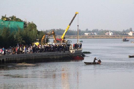 Vụ chồng lao ô tô chở vợ và 2 con xuống sông: Thắt lòng cảnh tìm kiếm thi thể các nạn nhân - Ảnh 4